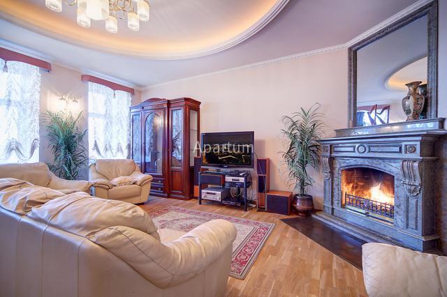 4-комнатная квартира на Четырёхкомнатная квартира в центре Петербурга, на 3-й Советской улице в Санкт-Петербурге