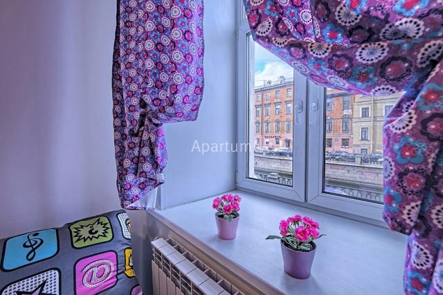 1-комнатная квартира на Студия посуточно в центре Петербурга, с видом на набережную Грибоедова в Санкт-Петербурге